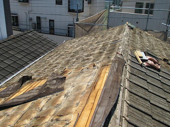 屋根材の撤去中