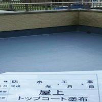 屋上FRP防水のトップコート塗布