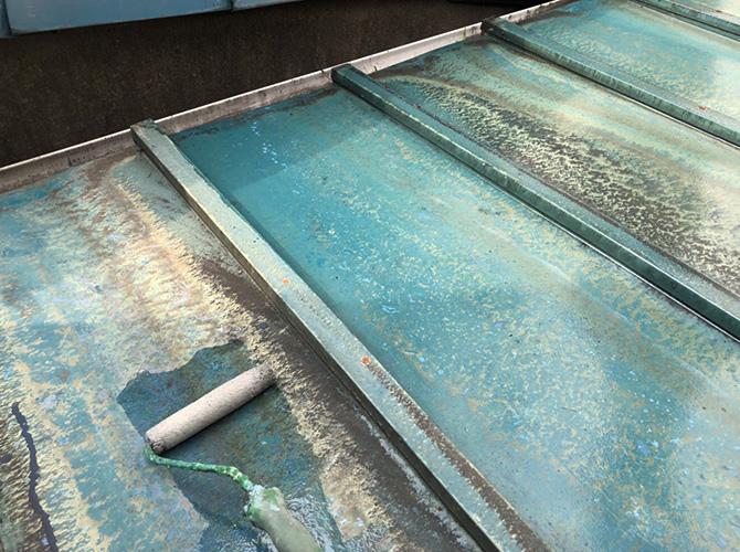 トタン屋根防水工事のプライマー塗布