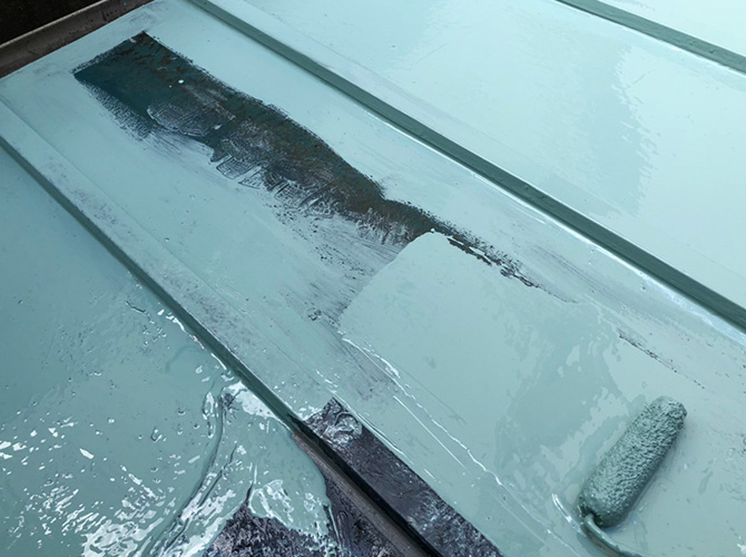 トタン屋根防水工事のウレタン防水材の塗布