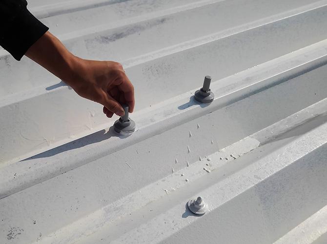 折板屋根のボルトキャップの設置
