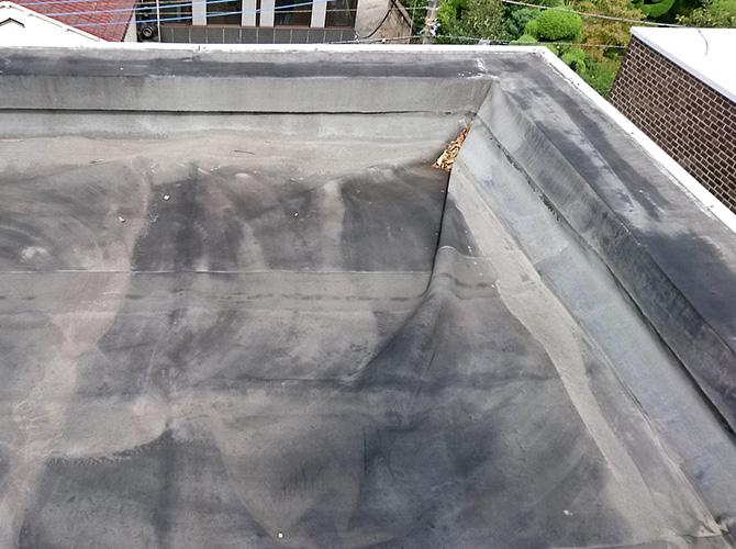 防水施工前のシートが膨れている状態