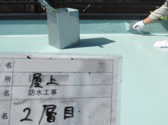 屋上防水のウレタン防水材二層目塗布中