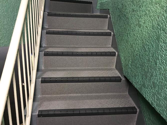 階段の長尺シート工事完了後