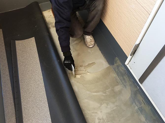 廊下長尺シートの接着剤塗布
