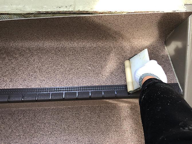 階段長尺シートのローラー圧着