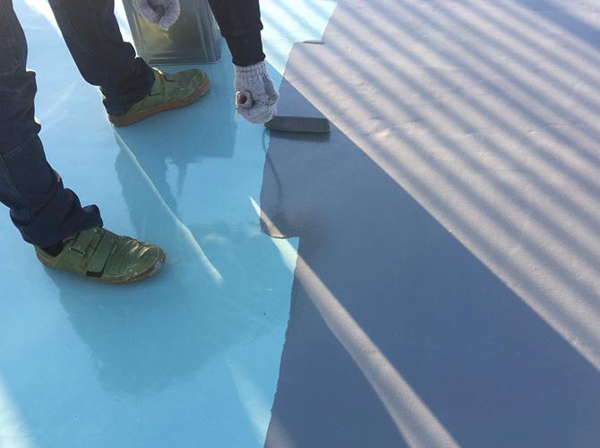 屋上床部分のウレタン防水材塗布中