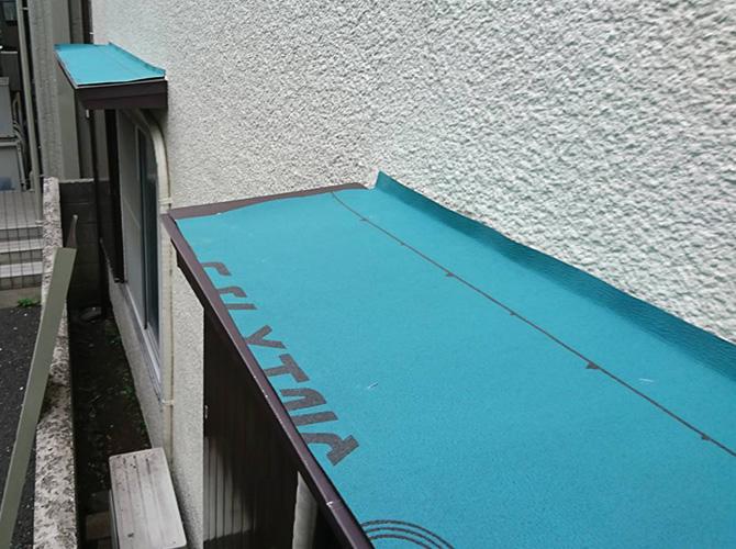 霧除け庇の防水シートの設置