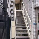 大和市Oビルの外階段長尺シート工事 – テナントビルの階段リフォーム