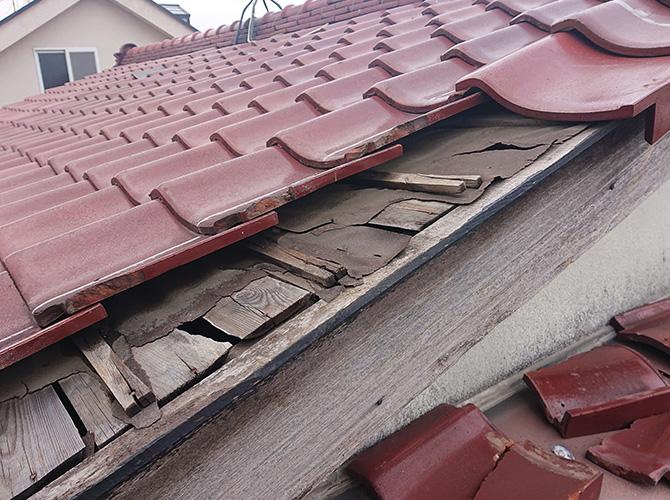 瓦屋根の破損状況
