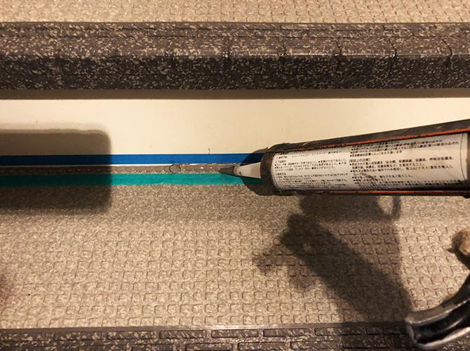 端部シーリング材の塗布