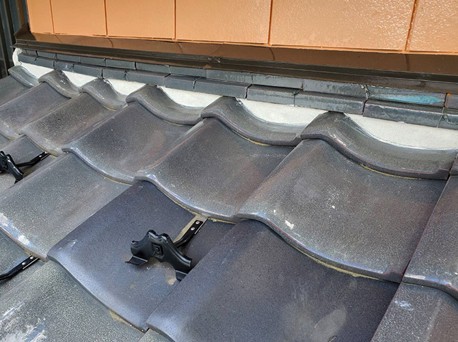 下屋根の漆喰詰め直し