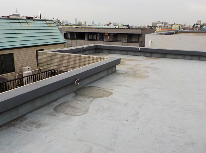 ビル屋上防水工事の施工前の状態