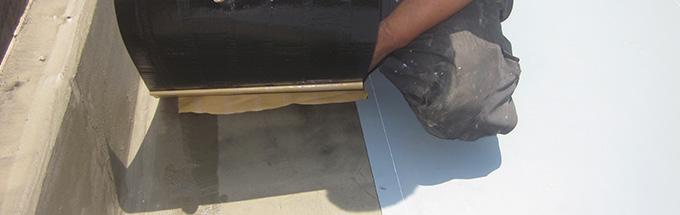 屋上防水工事の施工中