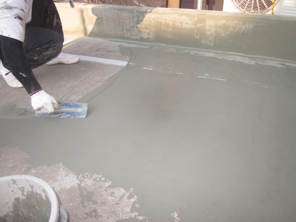 防水工事の施工中