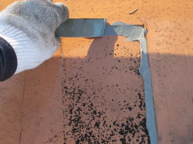 ひび割れ個所の補修中