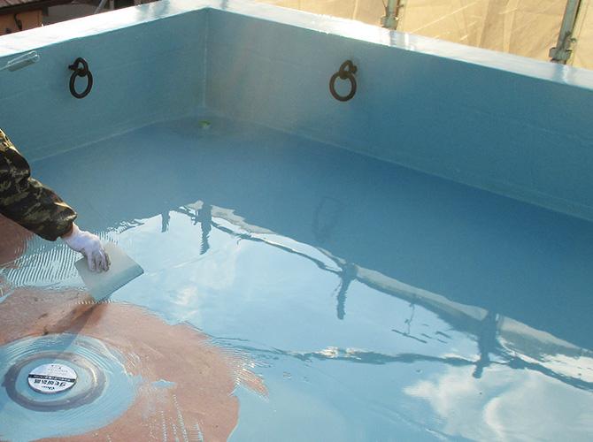 屋上床部分のウレタン防水材の塗布中