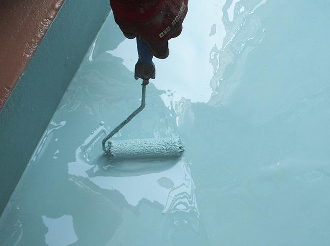 ウレタン防水二層目施工中のようすです。