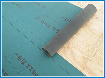 屋根葺き替え工事の防水シートの設置中