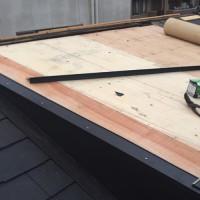 屋根修理工事の施工中写真
