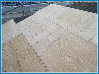屋根カバー工法の野地板の設置中