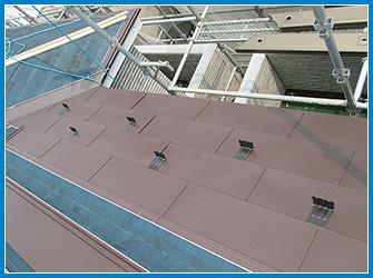 屋根カバー工法の屋根材の設置中