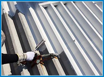 折板屋根の塗装工事の施工中