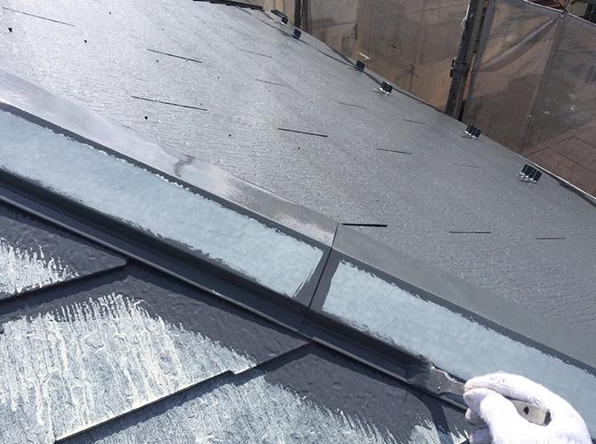 屋根塗装の中塗りダメ込み