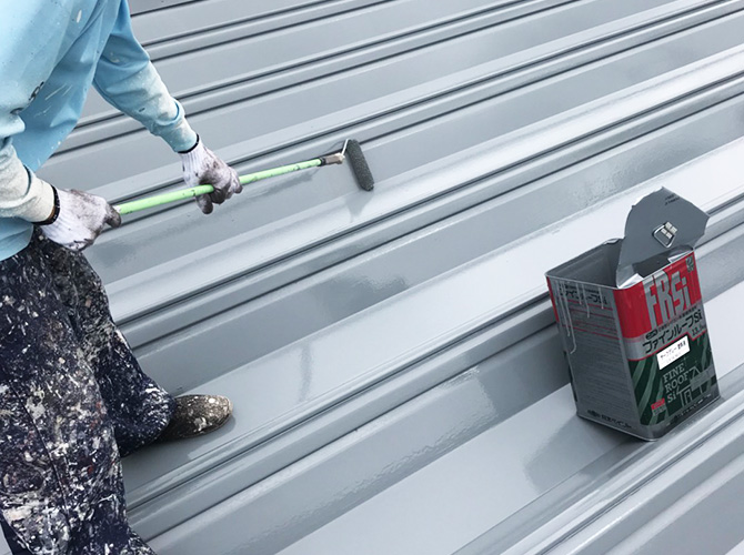 折板屋根塗装の上塗り