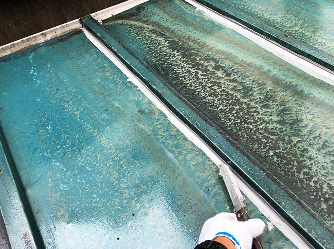 トタン屋根防水工事のシーリング材の均し