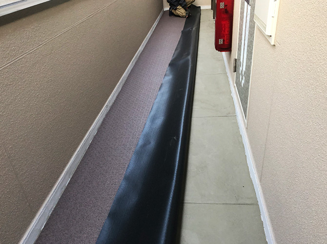 廊下の長尺シート設置中