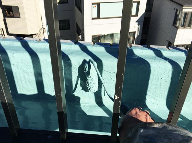 立上りのウレタン防水材二層目塗布