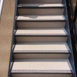 川口市Aアパートの外階段長尺シート工事 – 階段の長尺シートリフォーム