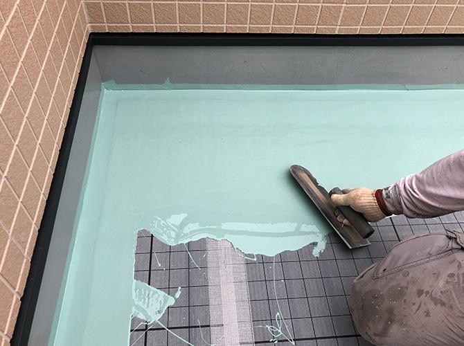 ウレタン防水材の塗布中