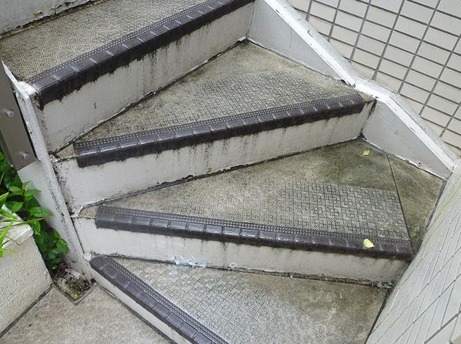 階段長尺シート工事の施工前